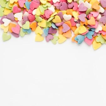 Bovenaanzicht van kleurrijke hartvormige snoepjes
