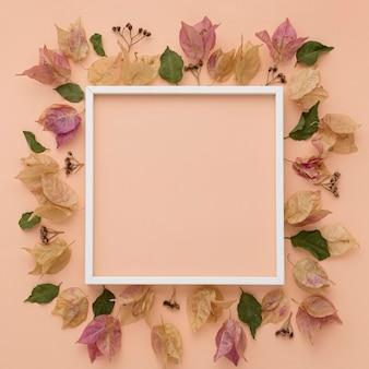 Bovenaanzicht van kleurrijke herfstbladeren met frame