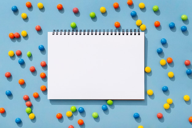 Bovenaanzicht van kleurrijke jelly beans met notebook