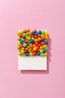 Bovenaanzicht van kleurrijke jelly beans op foto