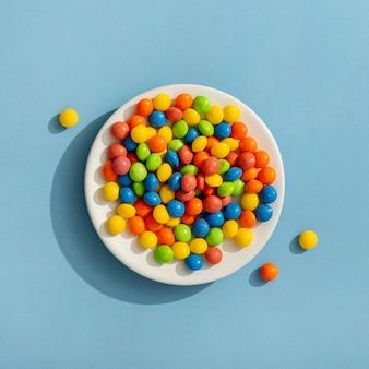 Bovenaanzicht van kleurrijke jelly beans op plaat