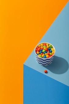 Bovenaanzicht van kleurrijke jellybeans in beker