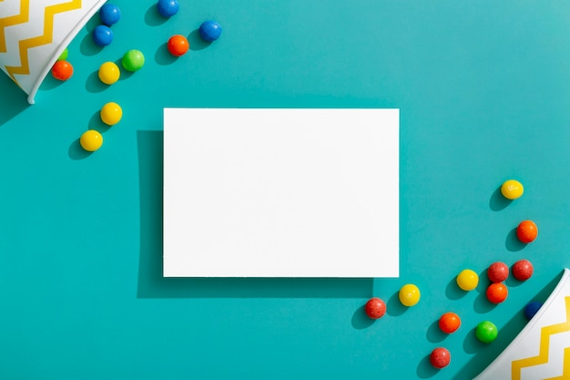Bovenaanzicht van kleurrijke jellybeans met kopjes en kopie ruimte