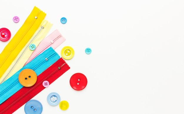 Bovenaanzicht van kleurrijke knopen en ritsen met kopie ruimte