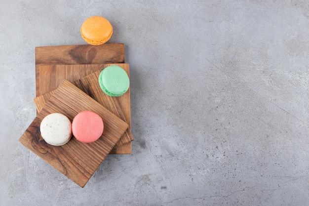 Bovenaanzicht van kleurrijke koekjes op een houten bord.