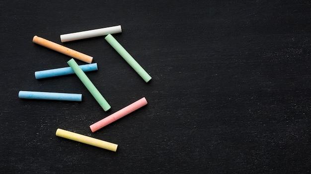Bovenaanzicht van kleurrijke krijt met kopie-ruimte