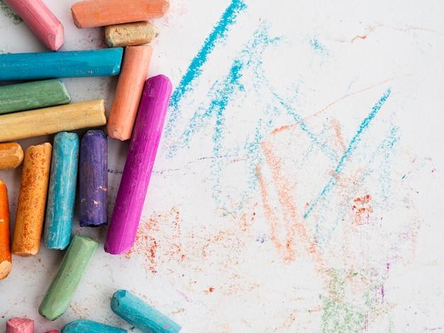 Bovenaanzicht van kleurrijke krijt met kopie ruimte