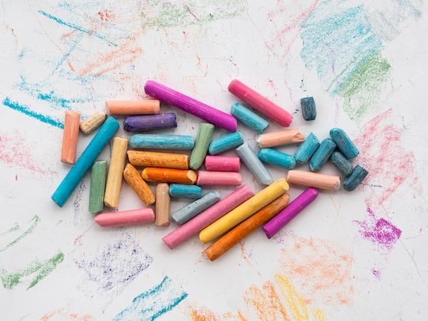 Bovenaanzicht van kleurrijke krijt