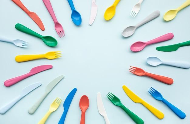 Bovenaanzicht van kleurrijke lepel en vork-element op kleurentafel. plat lag ontwerp