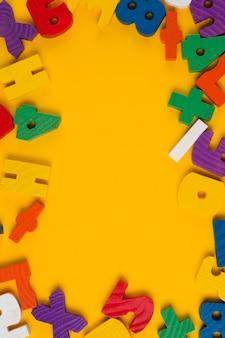 Bovenaanzicht van kleurrijke letters en cijfers frame voor baby shower