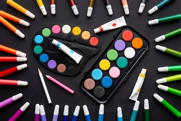 Bovenaanzicht van kleurrijke markeringen en aquarel regeling