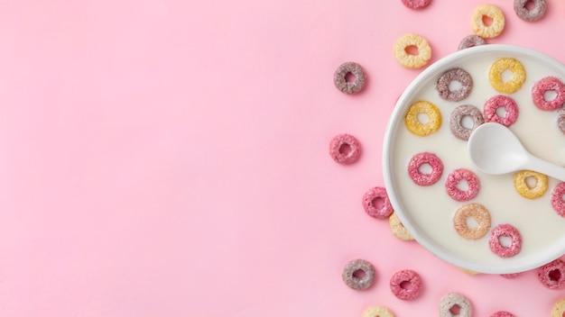 Bovenaanzicht van kleurrijke ontbijtgranen met kopie ruimte en melk