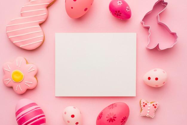 Bovenaanzicht van kleurrijke paaseieren met konijntjesvorm en papier