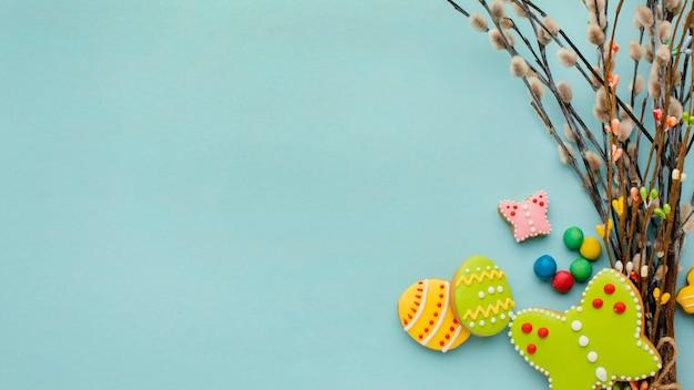 Bovenaanzicht van kleurrijke paaseieren met twijgen en kopie ruimte