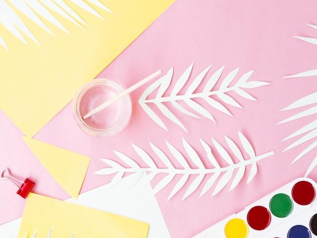 Bovenaanzicht van kleurrijke papier en verf