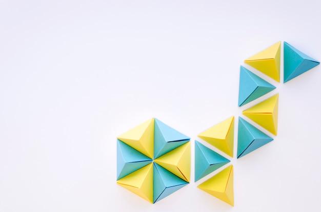 Bovenaanzicht van kleurrijke papieren piramides met kopie ruimte