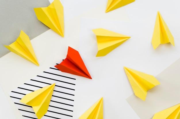 Bovenaanzicht van kleurrijke papieren vliegtuigen
