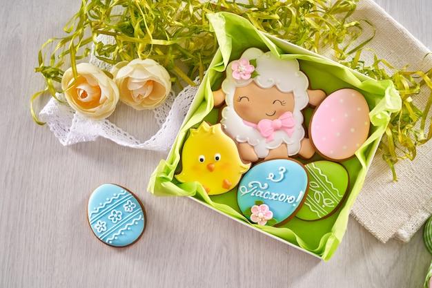 Bovenaanzicht van kleurrijke pasen peperkoek in geschenkverpakking