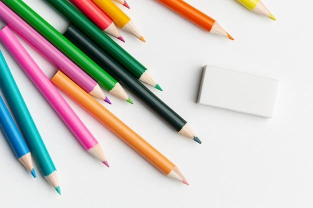 Bovenaanzicht van kleurrijke potloden met gum