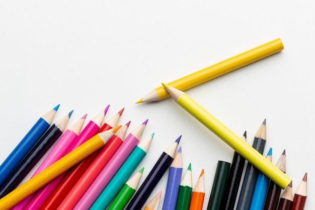 Bovenaanzicht van kleurrijke potloden met kopie-ruimte