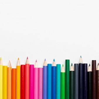 Bovenaanzicht van kleurrijke potloden met kopie ruimte