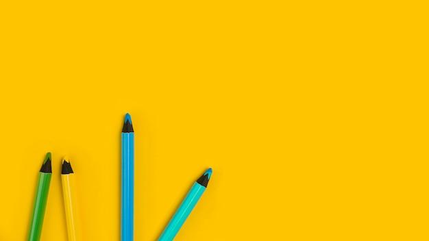 Bovenaanzicht van kleurrijke potloden voor baby shower