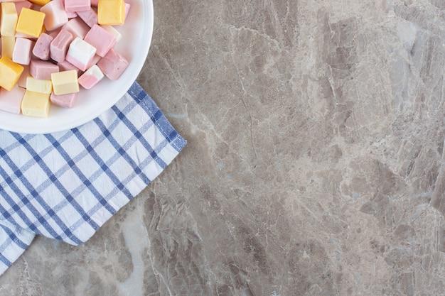Bovenaanzicht van kleurrijke snoepjes in kubieke vorm op de hoek van de foto.
