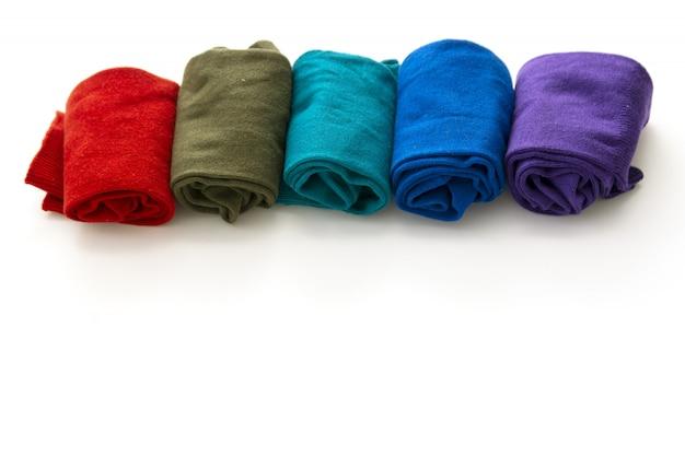 Bovenaanzicht van kleurrijke sokken geïsoleerd op een witte achtergrond.