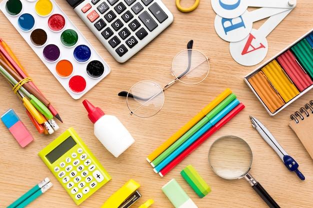 Bovenaanzicht van kleurrijke terug naar schoolbenodigdheden