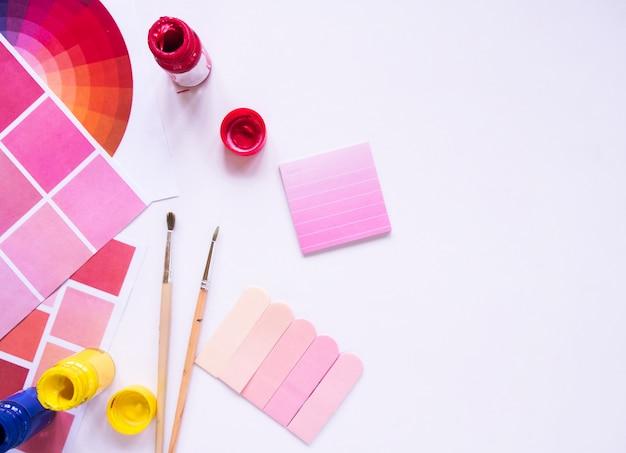 Bovenaanzicht van kleurrijke verf met een penseel