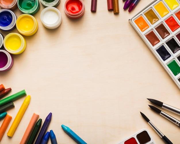 Bovenaanzicht van kleurrijke verf op bureauconcept