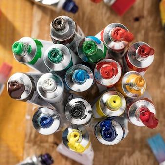 Bovenaanzicht van kleurrijke verftubes