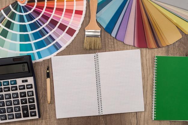 Bovenaanzicht van kleurstaal en leeg notitieblok