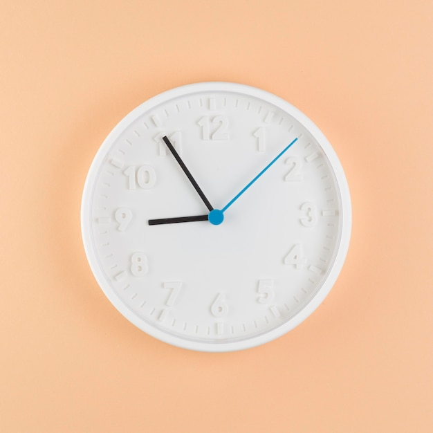 Bovenaanzicht van klok op bureau