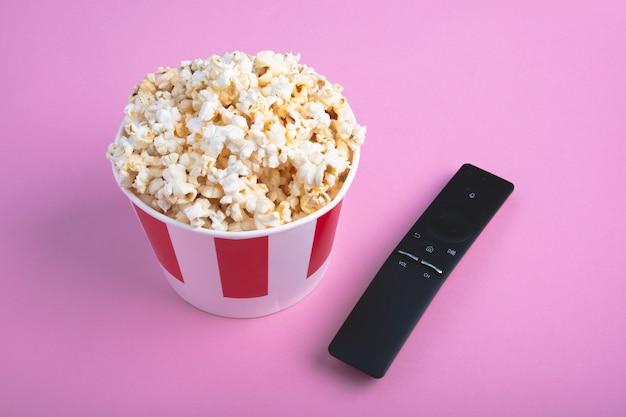 Bovenaanzicht van knapperige verse popcorn in een papieren doos