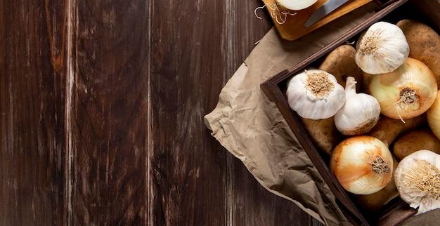 Bovenaanzicht van knoflook en uien met kopie ruimte