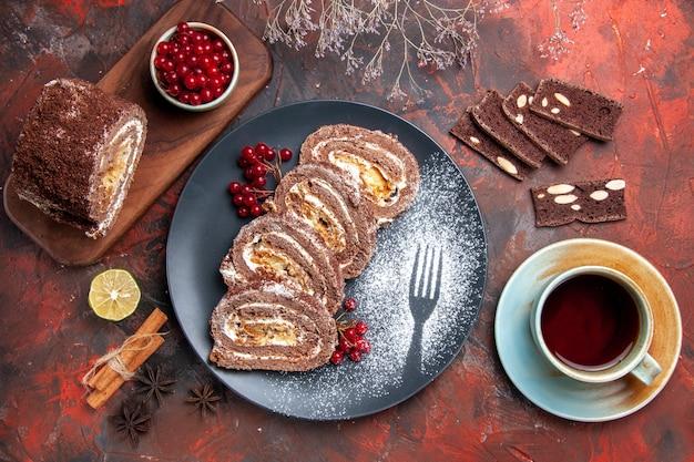 Bovenaanzicht van koekjesbroodjes met kopje thee op donkere ondergrond