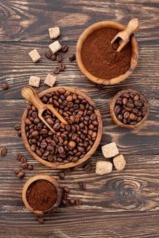 Bovenaanzicht van koffie concept op houten tafel