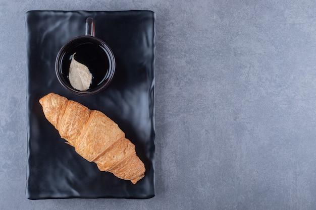 Bovenaanzicht van koffie en croissants. klassiek frans ontbijt.
