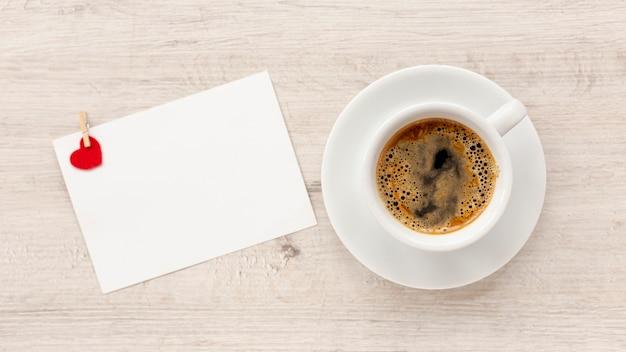 Bovenaanzicht van koffie en papier voor valentijnsdag