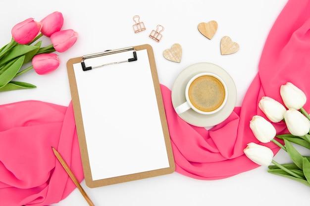 Bovenaanzicht van koffie en tulpen met kopie ruimte