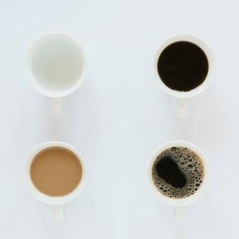 Bovenaanzicht van koffie kopjes op witte tafel