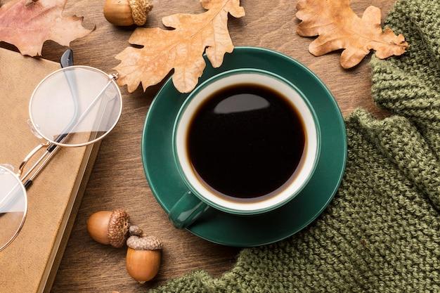 Bovenaanzicht van koffie met herfstbladeren en glazen