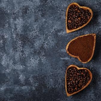 Bovenaanzicht van koffiebonen, gemalen koffie en specerijen.