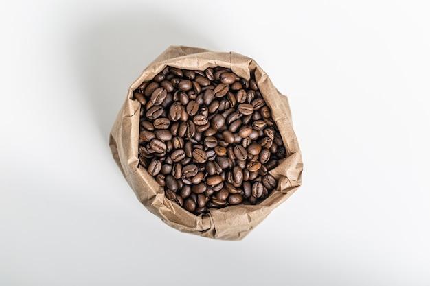 Bovenaanzicht van koffiebonen in papieren zak