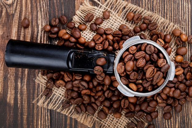 Bovenaanzicht van koffiebonen op houten tafel