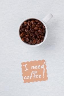 Bovenaanzicht van koffiebonen verzameld in een kopje