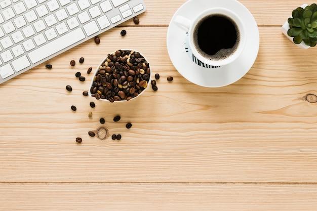 Bovenaanzicht van koffiekopje en bonen