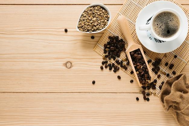 Bovenaanzicht van koffiekopje en schop