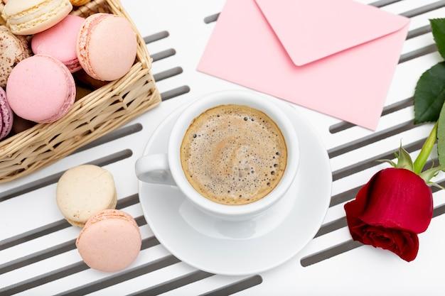 Bovenaanzicht van koffiekopje met roos voor valentijnsdag